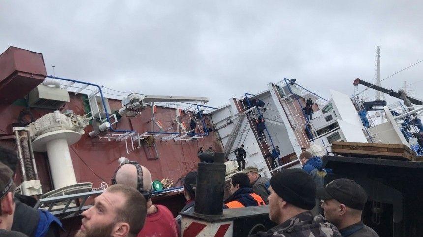 Видео: на судостроительном заводе под Петербургом перевернулся корабль