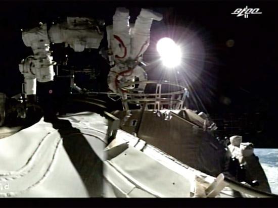 Китайские космонавты впервые за долгое время вышли в космос
