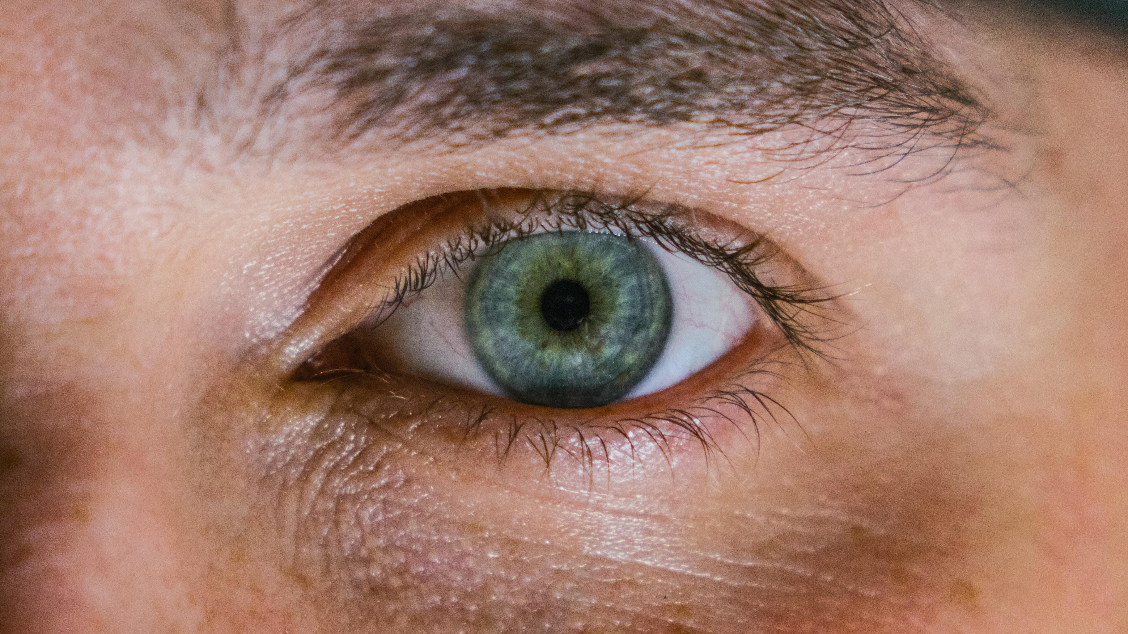 Слепому человеку вернули зрение с помощью искусственной детали для глаза