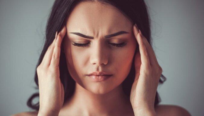 Врач рассказал, стоит ли во время головной боли пить обезболивающие таблетки
