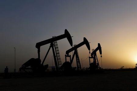 Цены на нефть стабильны на фоне перебоев в Техасе, возможного снятия ограничений добычи ОПЕК+