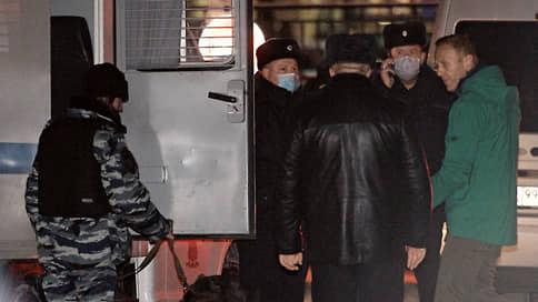 Алексей Навальный арестован на выезде // Решение о его заключении под стражу суд вынес в отделении полиции