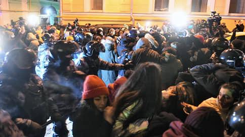 Суд над Алексеем Навальным // Онлайн-трансляция: Навальному назначили 2 года 8 месяцев колонии, его соратники вышли на протесты в Москве и Санкт-Петербурге