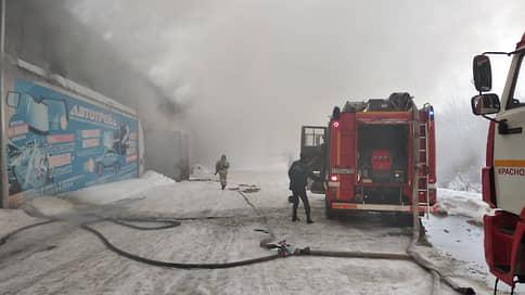 Пожарных накрыло дымом // При тушении возгорания на складе в Красноярске погибли трое спасателей