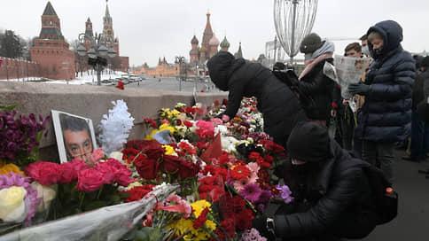 «Этот мост обязательно когда-нибудь переименуют» // В Москве возложили цветы к месту убийства Бориса Немцова