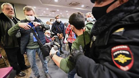 «Вас всех сейчас задержат» // Форум независимых мундепов забрали в полицию