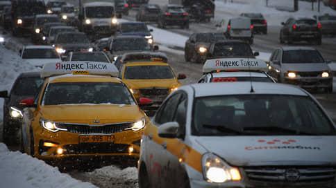 Такси раскрутили счетчик // Цена поездки выросла по всей России