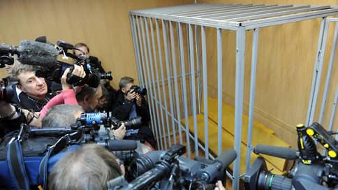 Сенаторы ищут выход из клетки // Совет федерации просит Госдуму принять законопроект о запрете ограждающих конструкций в суде