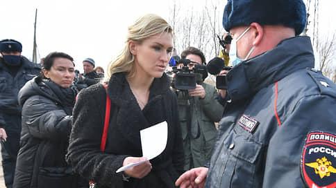 Личного врача Навального задержали возле колонии в Покрове