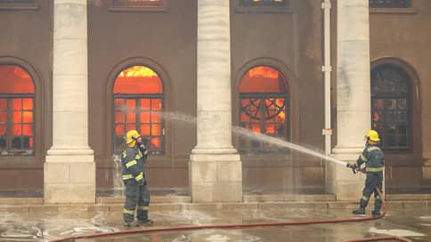 Огонь лесного пожара у столицы ЮАР охватил здание библиотеки