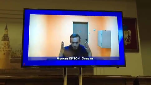 Навальному впервые после задержания дали пообщаться с адвокатами