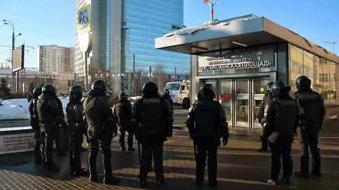 Возле Мосгорсуда перед рассмотрением дела Навального усилены меры безопасности