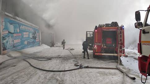 При тушении крупного пожара в Красноярске утеряна связь с тремя пожарными