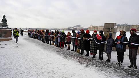 Петербурженки встали в цепь солидарности у памятника жертв политических репрессий