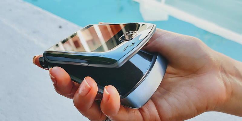 В России появился складной смартфон Motorola razr 5G за 119 990 рублей