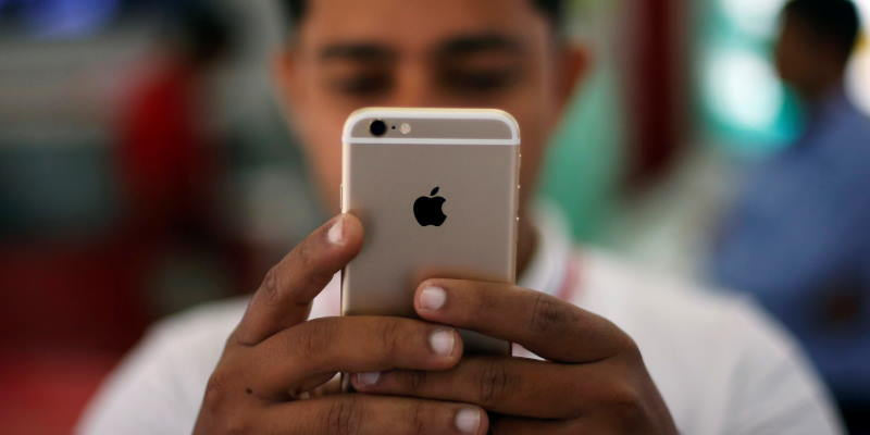 Рабочие забрали зарплату айфонами: подробности о бунте на заводе Wistron в Индии
