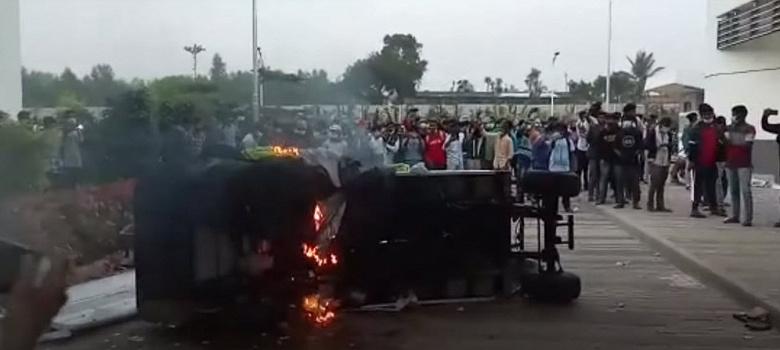 Сборщики iPhone громят завод Wistron в Индии и жгут автомобили. Они требуют свою зарплату