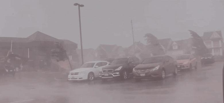 Кроссовер Tesla Model X попал в самый центр торнадо и заснял всё на видео