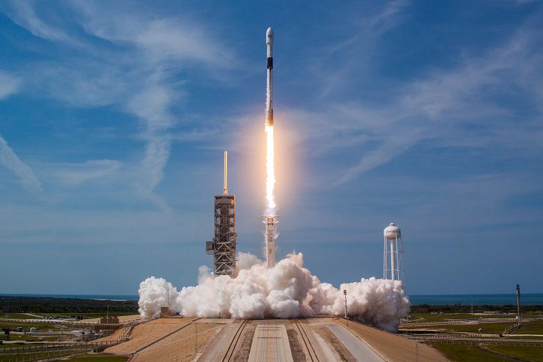 SpaceX празднует победу: ракета Falcon 9 вывела на орбиту спутники Starlink и вернулась на Землю