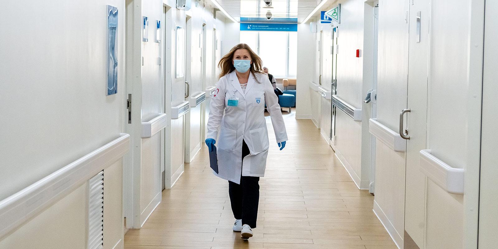 Как поликлиники и аптеки будут работать в майские праздники