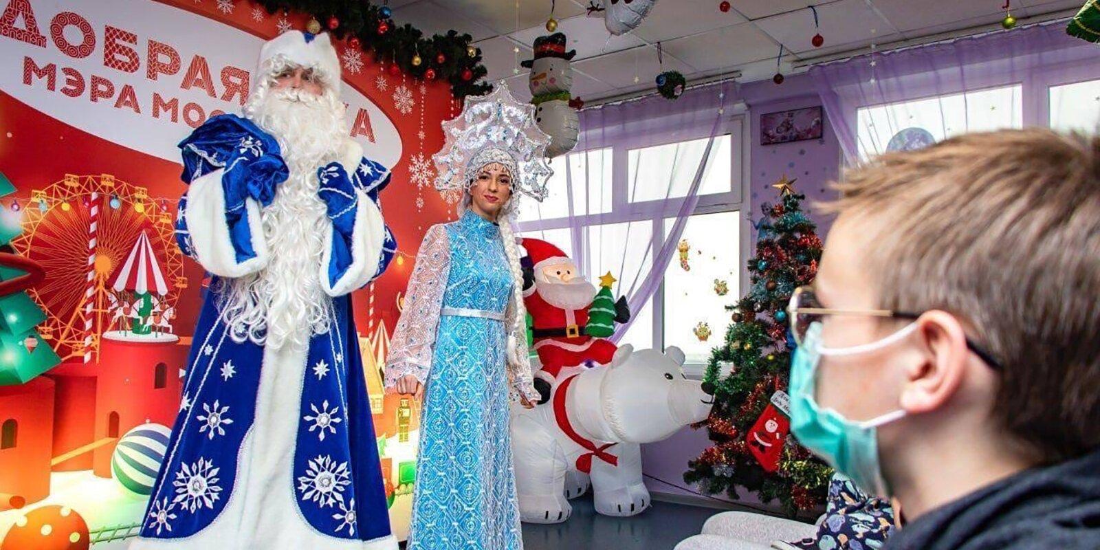 Подарки и представления: в детских больницах продолжается акция «Добрая елка»