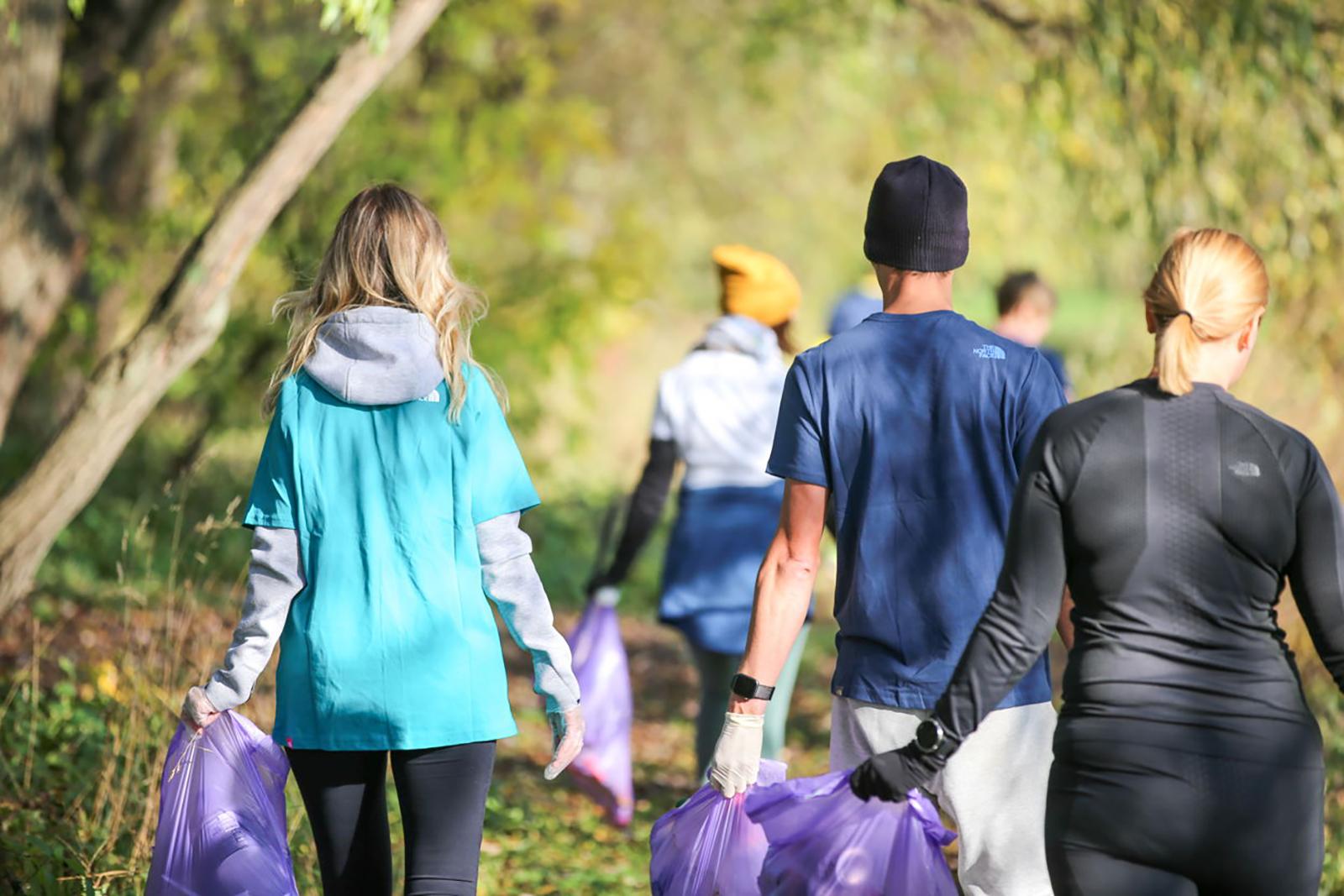 Как совместить пробежку и заботу об экологии: столичные парки приглашают на плоггинг