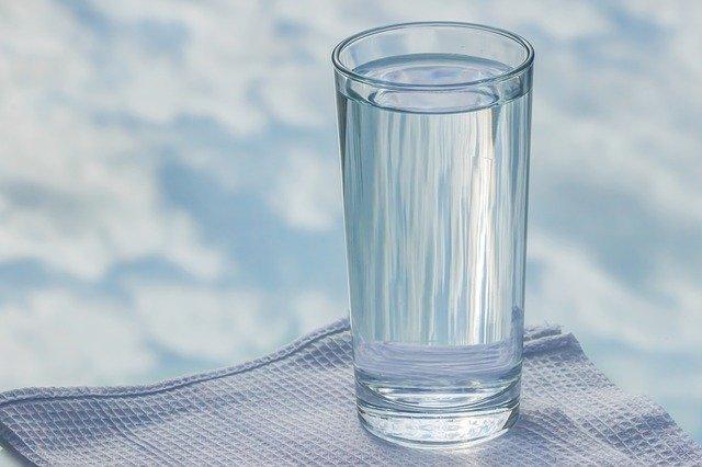 Врачи рассказали про нормы потребления воды при COVID-19