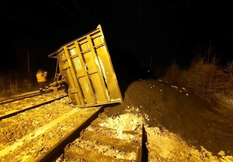 Поезд сошел с рельсов в Забайкалье и заблокировал железнодорожные пути — фото