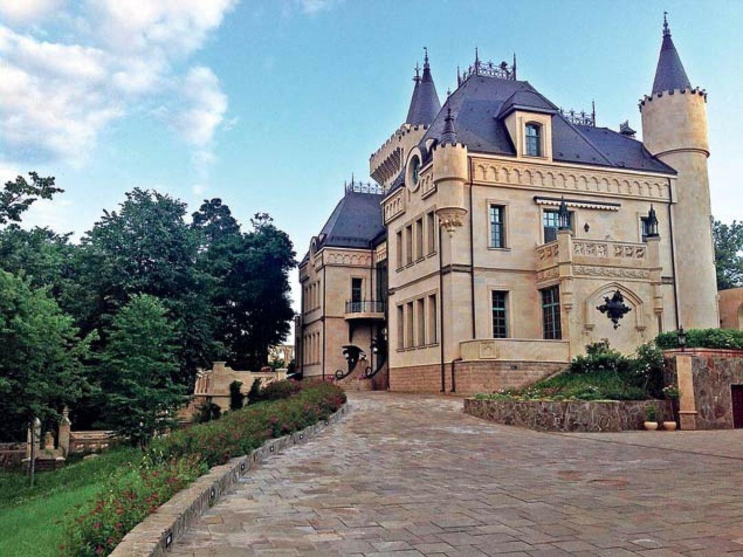 Сколько стоит замок в Грязи, где живут Пугачева и Галкин?