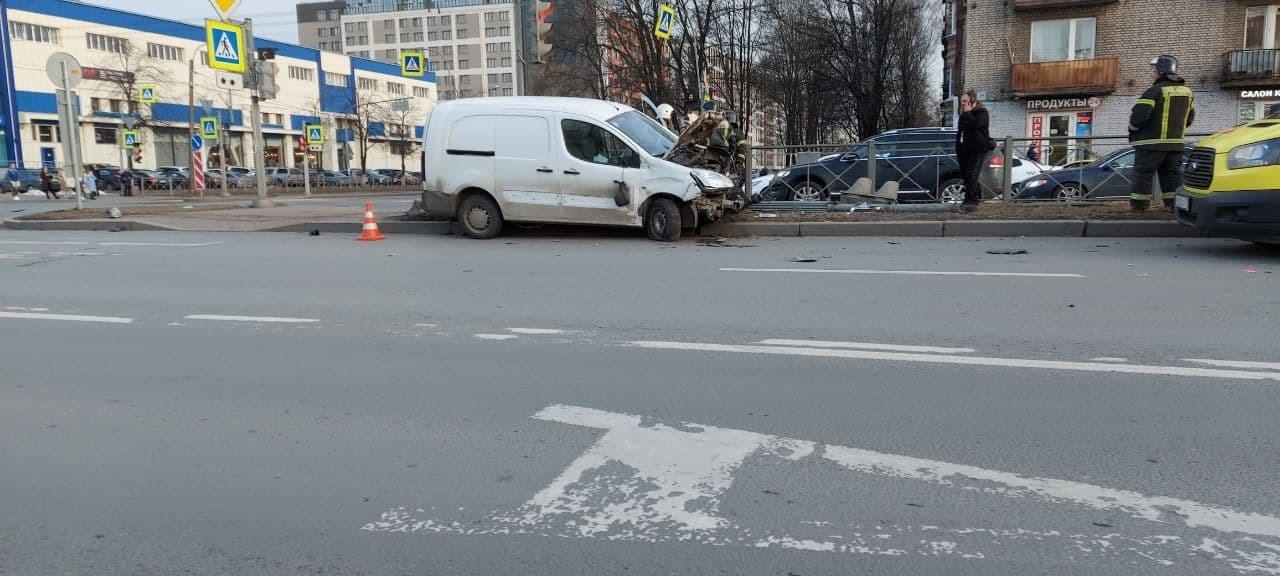 Минивэн влетел в иномарку и следом снес петербурженку со светофором — видео (18+)