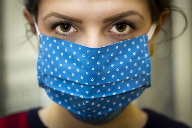 ВОЗ призвала носить маски на семейных праздниках