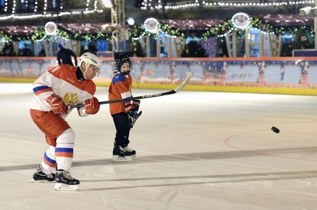 Путин исполнил мечту мальчика и покатался с ним на коньках