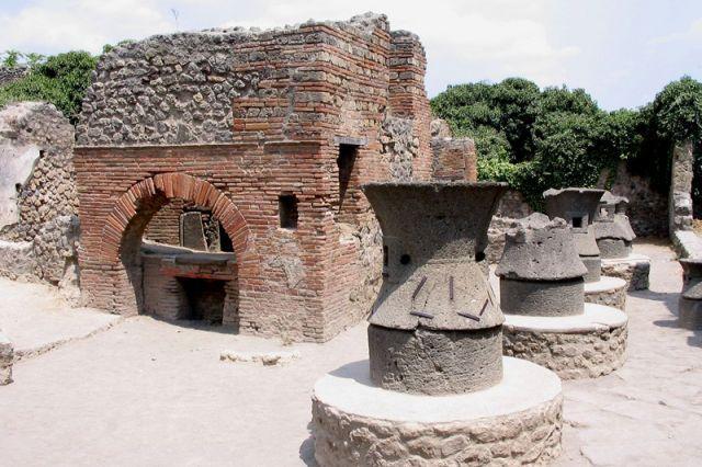 Археологи обнаружили в Помпеях торговую лавку с остатками пищи