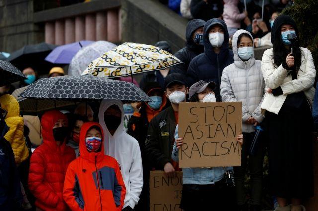 В Атланте сотни людей устроили шествие в защиту людей с азиатскими корнями