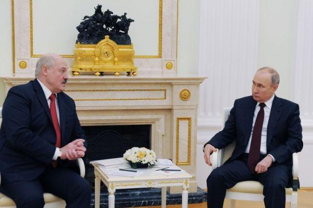 Путин и Лукашенко по телефону поздравили друг друга с Днём Победы