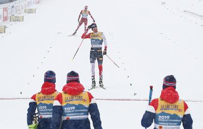 Непредсказуемая гонка с предсказуемым концом. Российские лыжники в эстафете вновь вторые