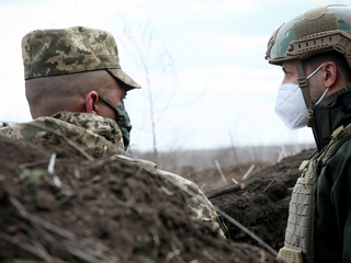 Президент Украины встретился с военными в Донбассе