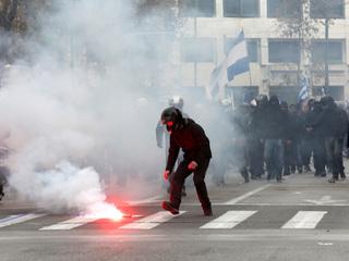 Недовольных 'намордниками' разогнали газом в центре Афин