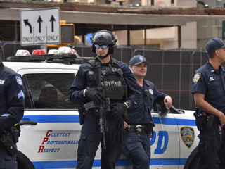 В США сняли обвинения с полицейских, ранивших на акции старика