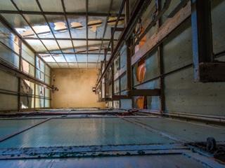 В челябинской многоэтажке рухнул отремонтированный лифт с людьми