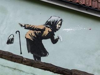 Бэнкси создал новое граффити с чихающей бабушкой