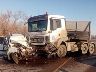 Водитель и пассажиры легковушки погибли в ДТП с грузовиком под Энгельсом