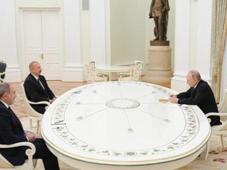 Путин встретил Алиева и Пашиняна объятиями