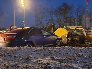Водитель погиб после столкновения с двумя машинами ДПС на западе Москвы