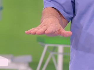 Почему трясутся руки: Мясников назвал основные причины тремора