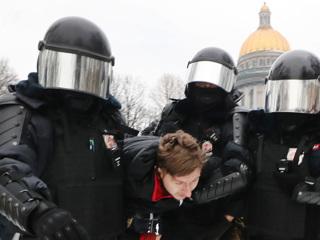 Шоу с переодеванием и другие провокации: протесты в России
