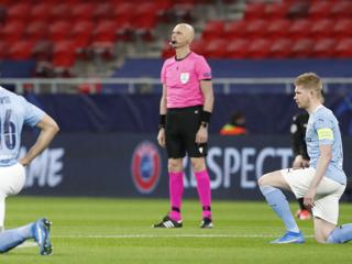Арбитры из России не встали на колено перед матчем Лиги чемпионов