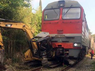 В Абхазии поезд Москва – Сухум врезался в трактор