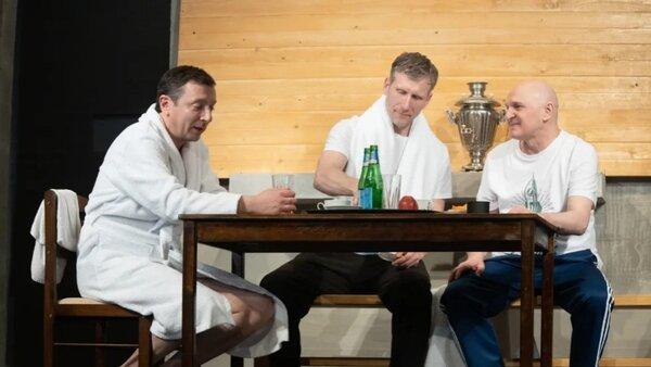 В театре имени Пушкина разыграли почти документальную драму «МЕЖДУ ДЕЛОМ»