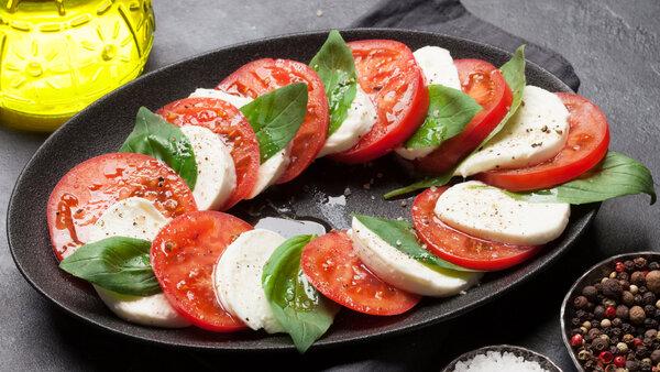Салат Капрезе: классический рецепт легкой итальянской закуски